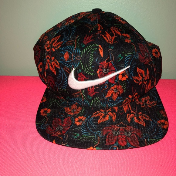 Nike pro SnapBack. Nike. M 5bb8e905619745bed91154d8.  M 5bb8e905619745bed91154d8 bee6563bf9d
